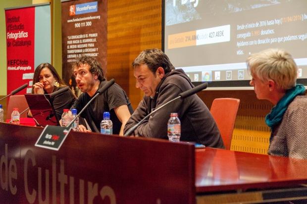 De izquierda a derecha: Maria Vallés (FVF), Olmo Calvo (fotoperiodista), Òscar Camps (Proactiva Open Arms) i Marta Salgot (PAH). Durante el turno de preguntas. © Joan Ribó